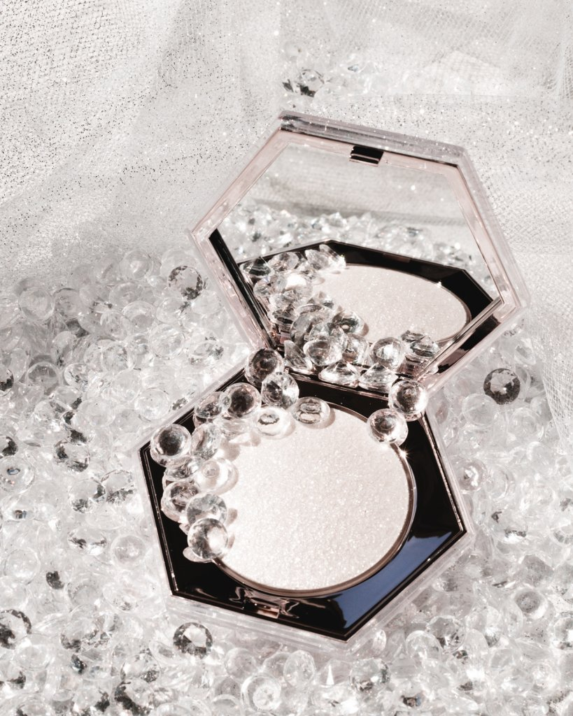 fenty diamond bomb how many carats highlighter